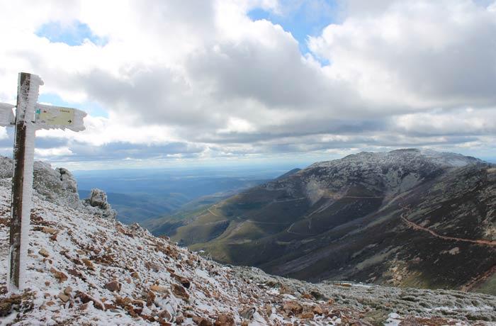 Panorámica del Paso de los Lobos y señalización de la ruta a Monsagro Peña de Francia