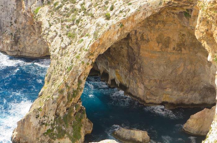 Detalle de las cuevas marinas que forman la Gruta Azul Malta