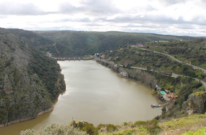 Río Duero con la presa de Miranda al fondo y el embarcadero del crucero ambiental a la derecha