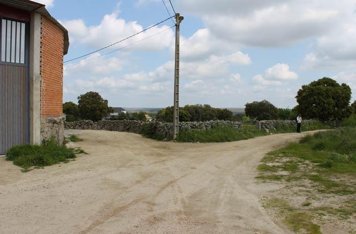 Bifurcación nada más salir de Abelón donde hay que tomar el camino de la derecha