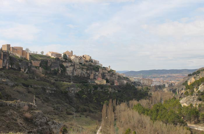Vista del casco histórico y los rascacielos de Cuenca ruta de la Hoz del Júcar