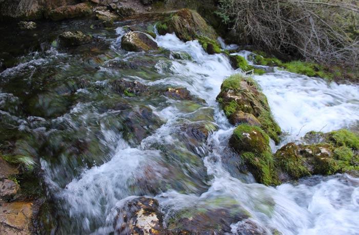 Punto exacto en el que nace el río Cuervo donde el agua mana de la gruta que hay a la izquierda