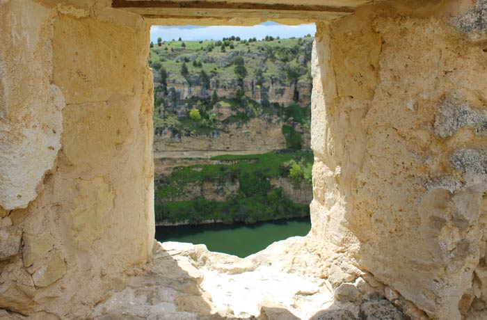 Antigua ventana de los restos del convento benedictino anexo a la ermita de San Frutos Hoces del Duratón
