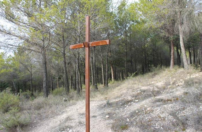 Una de las cruces del vía crucis que hay en el primer tramo ruta de la Hoz del Júcar