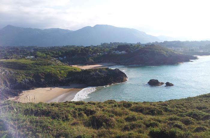Playas de La Tayada (en primer término) y Troenzo