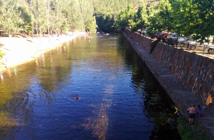 Ambas orillas de la piscina natural de Riomalo de Abajo