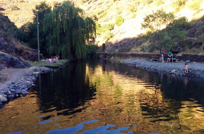 El río Quilamas en el tramo inmediatamente anterior a la piscina natural de Valero