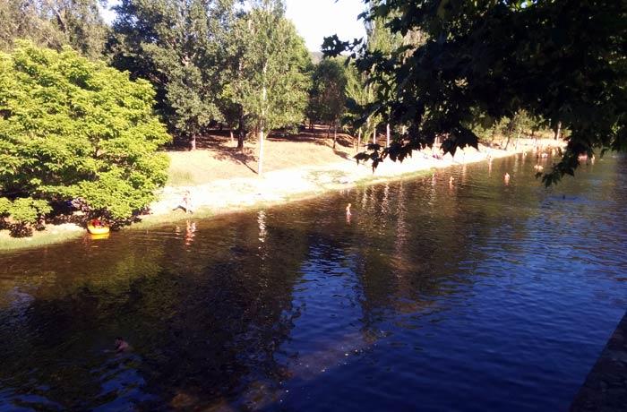 El río Ladrillar es el que surte a la piscina natural de Riomalo de Abajo