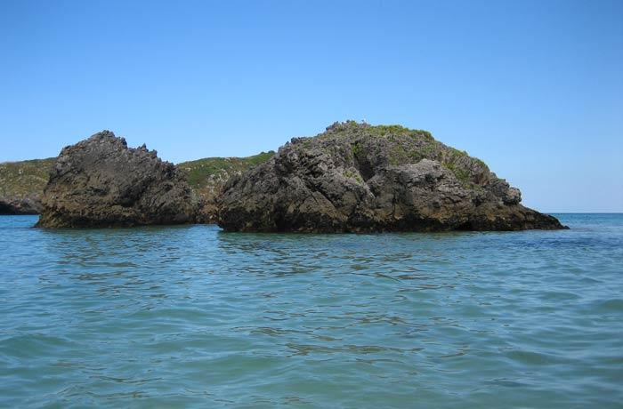 Rocas que adornan la playa de Borizu