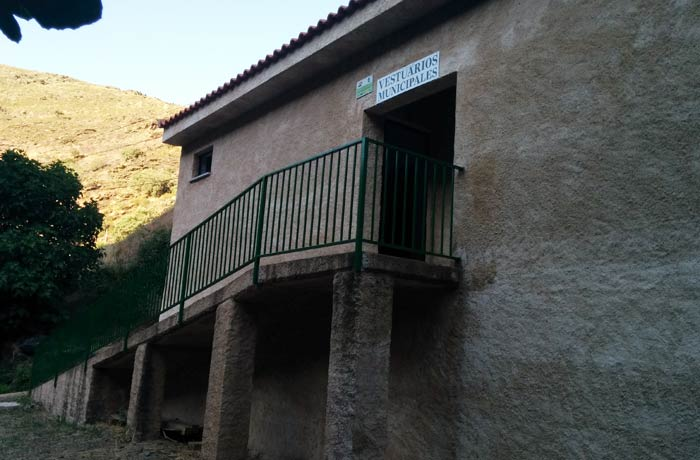 Vestuarios y baños junto a la piscina natural de Valero