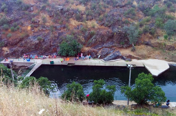 Vista de la piscina natural de Valero desde la carretera que llega hasta San Miguel