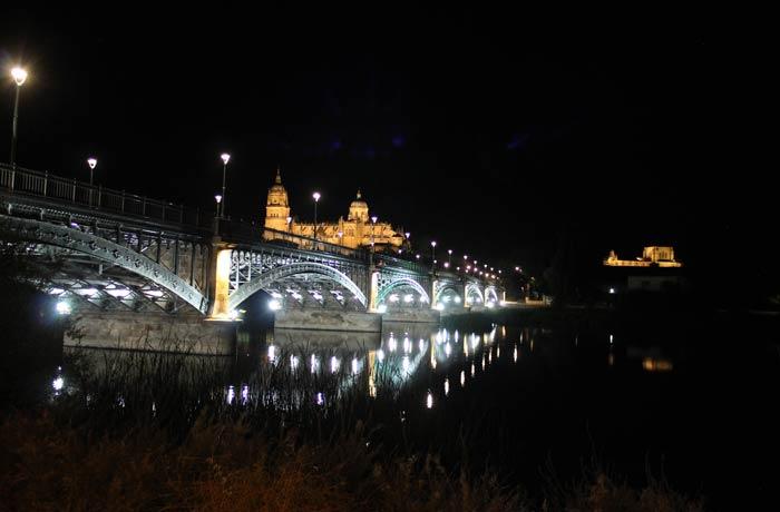 Catedral, puente Enrique Estevan y, a la derecha, la iglesia de San Esteban vistas de Salamanca