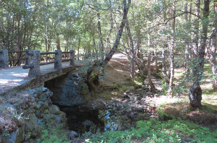 Puente sobre el río Truchas en el inicio de la ruta Cascada de Sotillo